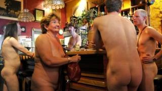 Clientes nus em bar