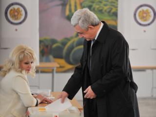 президент Армении Серж Саргсян на избирательном участке