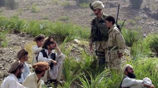 برنامه صدور ویزای ویژه آمریکا مخصوص مترجمها و سایر افغانهایی است که با نیروهای آمریکایی مستقر در افغانستان کار کردهاند و حالا زندگی آنها با تهدیدهایی روبرو شده است