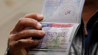 تأشيرة دخول ألغتها السلطات الأمريكية على جواز سفر أحد المسافرين