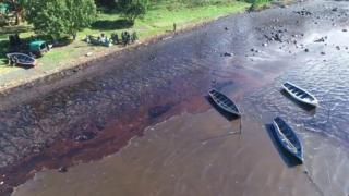 MV Wakashio: Locals in Mauritius try to stop oil spill thumbnail