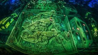 Motocicletas dentro de un barco hundido.