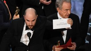 「ムーンライト」と書かれた紙を見せる「ラ・ラ・ランド」のプロデューサーのジョーダン・ホロウィッツ氏