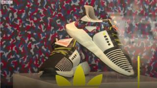 Đôi giày kiêm vé tàu điện tại Berlin