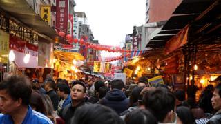 走进位于台北市西区的大稻埕,逢年过节的游客总是将此挤满。