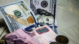 عملات ورقية للجنيه المصري والدولار الأمريكي
