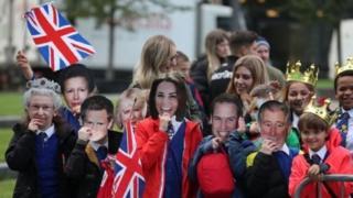 Школьники встречают королевскую чету в Национальном музее футбола
