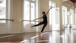 Menari balet
