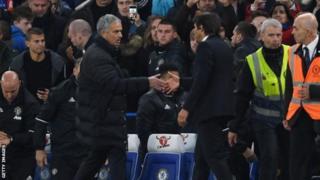 Mourinho ayaa garoonka Stamford Bridge ku soo laabtay bishii Oktoobar 2016 isagoo hogaaminaayo kooxda Manchester United markaas oo looga badiyay 4-0.