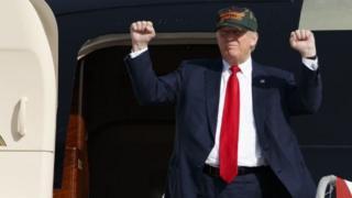 Donald Trump akiwasili kuhutubu Sanford, Florida.
