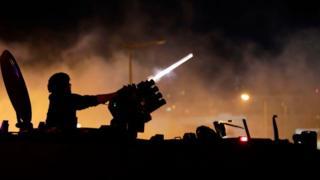 شرطة مكافحة الشغب أطلقت قنابل الغاز على المتظاهرين