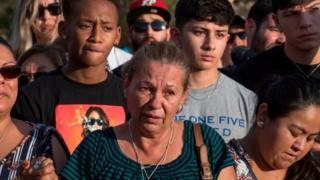 Grupo de personas emocionadas tras el tiroteo en El Paso, Texas