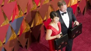 Mahasibu waliokanganya mashabiziki wa tuzo za Oscars Brian Cullinan na Martha Ruzi