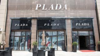 중국 공안은 런화이 내 가짜 루이비통과 프라다 매장을 즉시 폐쇄했지만, 여전히 수많은 모조품 브랜드 매장이 버젓이 운영 중이다