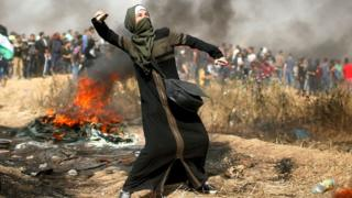 Umugore w'umunye Palestine mu myiyerekano ku rubibe rwa Gaza na Isiraheli, itariki 13/04/2018