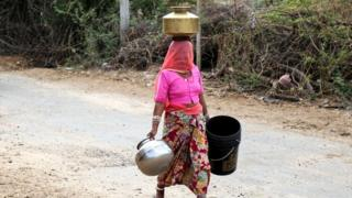 પાણી ભરવા જતાં મહિલા