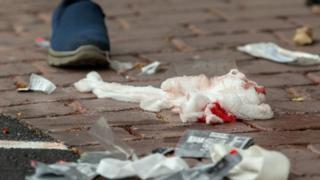 Algodão com sangue do lado de fora da mesquita Al Noor