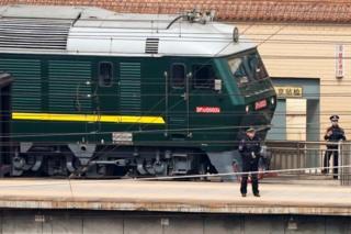 El tren pudo ser visto fuertemente custodiado por policías.