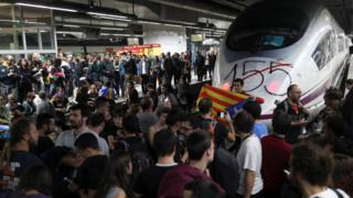 Thousands of demonstrators, most of them students, block the tracks at Sants train station during a protest against the imprisonment of pro-independence leaders and demand their freedom, in Barcelona, northeastern Spain, 08 November 2017.