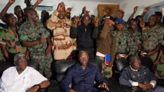 Alain Richard Donwahi, ministre ivoirien de la défense, entouré des mutins, avec les membres de sa délégation, à Bouaké