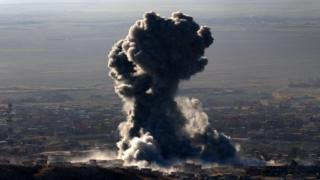 Heavy smoke billows during an operation by Iraqi Kurdish forces backed by US-led strikes in the northern Iraqi town of Sinjar on 12 November 2015