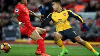 Mshambuliaji wa Arsenal Alexis Sanchez kulia anaweza kuanza mechi yake ya kwanza msimu huu baada ya kupona jeraha la tumboni.