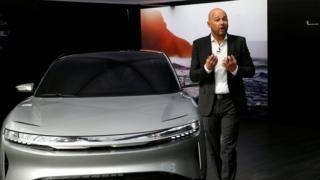 Derek Jenkins, Wakil Presiden Direktur Lucid Motors meluncurkan prototype Lucid Air pada 2017 di New York International Auto Show.