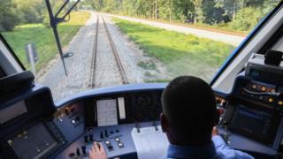Un conductor dirige el primer tren impulsado por hidrógeno, del fabricante francés de trenes Alstom, durante su primer trayecto el 16 de septiembre de 2018 cerca de Bremervoerde, Alemania.