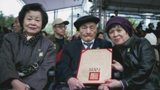 今年97岁的228受难者傅仁鸿在七十周年纪年这天由家人陪同,接过由总统蔡英文颁发的回复名誉证书。