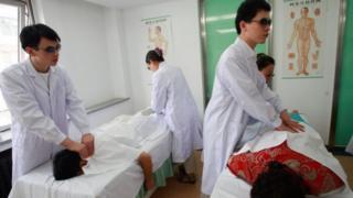 Cegos fazendo massagem na Coreia do Sul