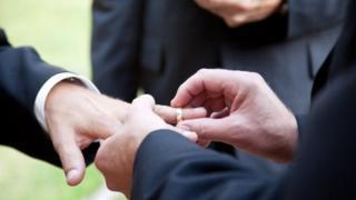 สกอตแลนด์อนุญาตให้มีการสมรสของคนเพศเดียวกันได้ตั้งแต่ปี 2014 แต่โดยประเพณีปฏิบัติ แต่ละโบสถ์สามารถตัดสินใจว่าจะมีส่วนร่วมในการจัดงานแต่งงานของคนรักเพศเดียวกันหรือไม่