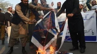 باكستانيون يحتجون على تخفيض المساعدات الأمريكية للبلد.