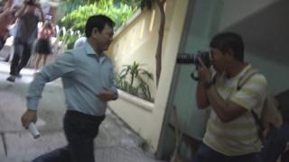 Phóng viên bủa vây ông Nguyễn Hữu Linh