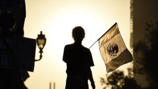 Hombre con bandera de México.