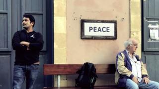 Dois homens na rua de Ledra em Nicósia, Chipre.