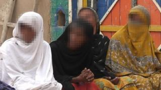 अपनी चचेरी बहनों और मां के साथ बैठी लड़की (सबसे दाएं)- पहचान छिपाने के लिए चहरे धुंधले कर दिए गए हैं
