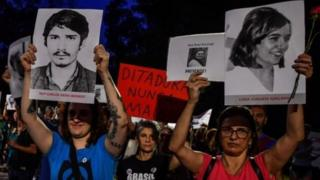 Brezlya'da darbe döneminde öldürülen ve kaybedilenlerin aileleri tarafından yapılan bir gösteri
