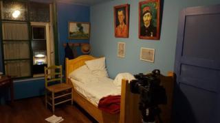 """Van Gogh'un """"Yatak Odası"""" tablosuna sadık kalınarak hazırlanan otel odası"""
