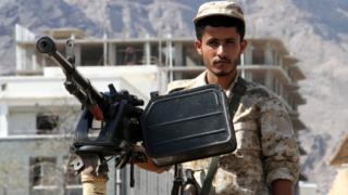 Petugas keamanan Yemen menjaga lokasi ledakan bom bunuh diri mobil di kota kedua Yaman, Alden, pada 29 Oktober 2016