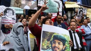 متظاهرون أمام مقر نقابة الصحفيين المصرية يطالبون بإ|طلاق سراح الصحفيين المعتقلين، وذلك في مارس/ آذار عام 2016