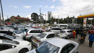 Motorists queue to fuel at a Shell petrol station on September 6, 2018, in Nairobi as a strike called by petroleum transporters protesting against new government tax enters its fourth day. (Photo by SIMON MAINA / AFP)