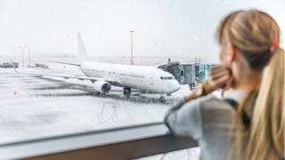chica esperando avión