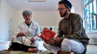 মসজিদের ভেতরের দৃশ্য