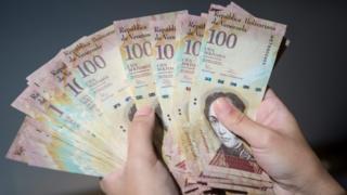 Todos los billetes de 100 bolívares quedarán sin valor a partir de este viernes.