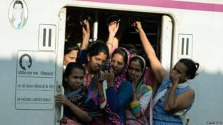 લોકલ ટ્રેનમાં મહિલાઓ માટે આરક્ષિત ડબ્બામાં મહિલાઓ