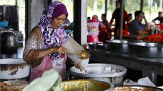 詹大嬸的食品攤就在學校對面,賣各種小吃。