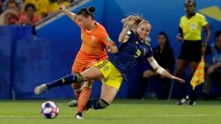 Jugada de la semifinal del Mundial femenino de fútbol entre Holanda y Suecia