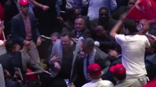 протестувальника виводять із зали готелю