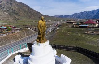 Памятник Ленину в селе Иня Онгудайского района