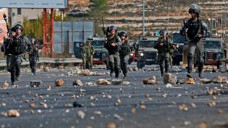 Les forces de sécurité israéliennes face à des manifestants palestiniens à Ramallah en Cisjordanie, le 11 décembre 2017.